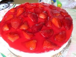 Торт из печенья и творога с ягодами без выпечки