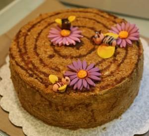 Медовый торт Пчелка с черносливом