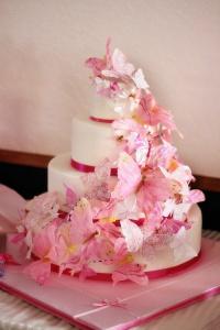 Свадебный розовый торт с лепестками роз «Мечта невесты»