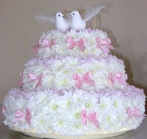В последние годы свадебные торты перешли в разряды настоящих кулинарных произведений искусства. Но, как бы там ни было, многие предпочитают готовить классический свадебный торт, так как он выглядит по-особенному торжественным, строго формальным, трогательно нежным, романтичным и фантазийным. Как раз под стать такому торжественному событию.   Предлагаю вам один из вариантов классического приготовления – свадебный торт с безе. Отличительная черта такого торта – скромные фактурные украшения, которые могут быть в виде пышных цветов и бантиков из мастики или просто сахарная посыпка. Благодаря этому такой торт выглядит особенно трогательно и пользуется неизменной популярностью.