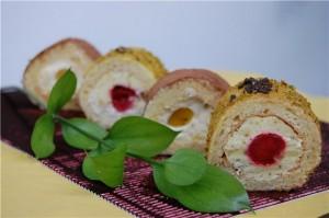 Бисквитное пирожное Суши с ягодами