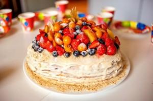 Медовый торт с фруктами и сметаной