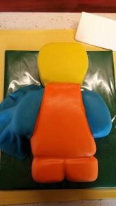 Детский торт – торт 3D Лего-строитель. Торт из мастики – мастер-класс-шаг 5