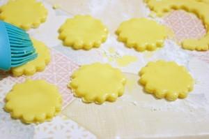 Глазурь желтковая с медом-шаг 1