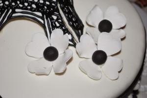 Цветы из мастики. Мастер-класс по изготовлению черно-белых цветов