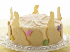 Бисквитный клубнично-лимонный торт. Пасхальный торт, украшенный печеньем Зайчики