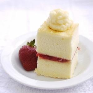 Бисквитный торт с клубникой и взбитыми сливками-шаг 1