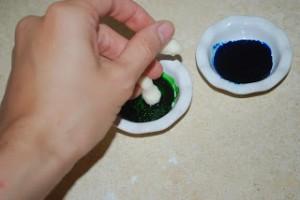 Как покрасить мастику в цвет морской волны-шаг 3