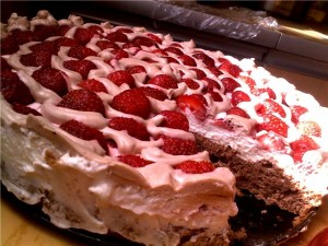 Легкий клубничный бисквитный торт-мороженое