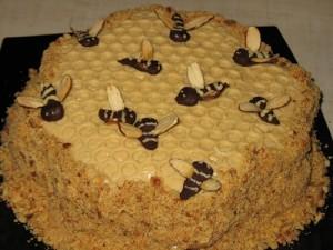 Медовый торт Улей с вишнями и орехами