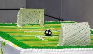 Торт футбольное поле – видео-рецепт. Как украсить торт кремом-шаг 1