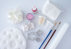 Все инструменты для изготовления можно приобрести в кондитерском магазине.  Окрашиваем мастику в розовый цвет, раскатываем скалкой и вырезаем из нее заготовки формочкой.  Или используем для изготовления молд (как пользоваться молдами, я рассказывала подробно раньше).  Если вы вырезаете формочками, то понадобится нанести на лепестки прожилки (стеком или зубочисткой). Немного выгибаем лепестки и припудриваем пищевой пудрой.  В серединки фиалок приклеиваем пищевые бусинки, оставляем сохнуть.  Украшаем цветами кондитерское изделие. Просто, но очень изящно! Удачи, у вас все получится!-шаг 1