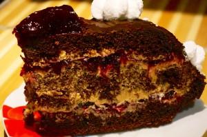 Шоколадный торт с безе и ягодами-шаг 1