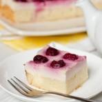 Бисквитный торт с вишнями и заварным кремом