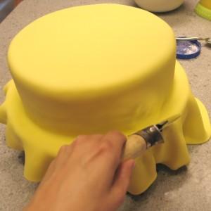 Обтяжка торта мастикой. Как покрыть торт мастикой правильно-шаг 8