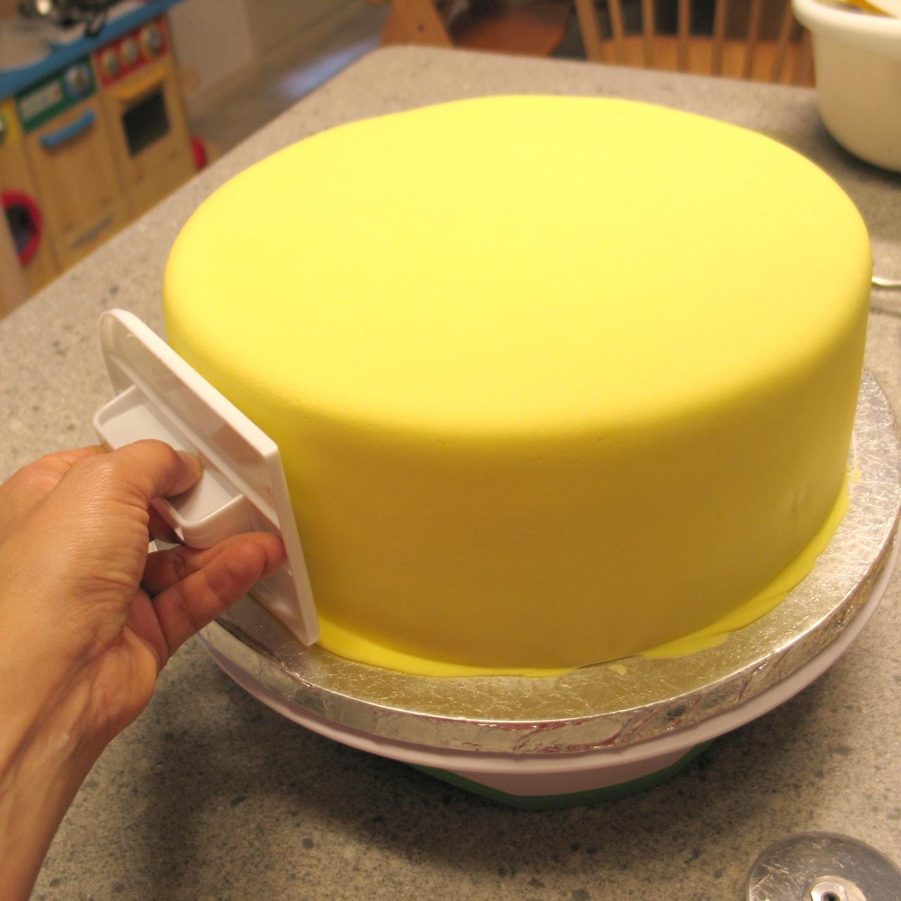 Выравнивание торта под мастику пошагово