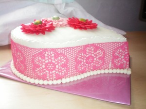 Айсинг (королевская глазурь) – как украсит торт. Видео-шаг 2