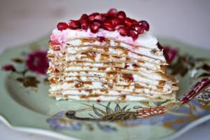 Блинный торт с цитрусовым кремом и гранатами