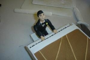 Торт из мастики Рояль с пианистом. Мастер-класс-шаг 26