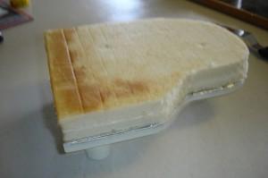 Торт из мастики Рояль с пианистом. Мастер-класс-шаг 8