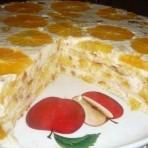 Фруктовый бисквитный торт с ананасами, бананами и апельсинами