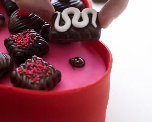 Торт из мастики Коробка с конфетами. Мастер-класс-шаг 8