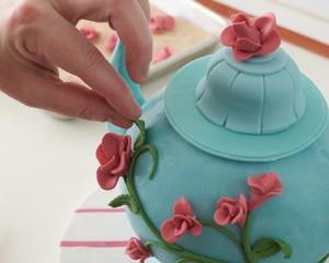 Торт из мастики Чайник – мастер-класс-шаг 8