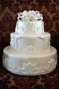 Королевская глазурь – как украсить многоярусный торт. Видео-шаг 1