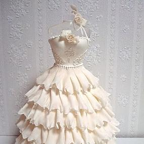 Платье из мастики – оригинальная фигурка для украшения торта. Видео-шаг 2
