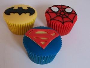Как украсить торт. Торт Человек-паук – видео-шаг 3