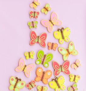 Торт Радуга с бабочками из мастики – оригинальное оформление торта-шаг 2