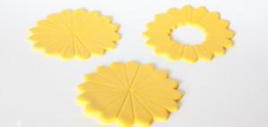 Подсолнух из мастики – мастер-класс. Как украсить капкейки-шаг 3