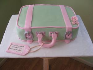 Тщательно разминаем мастику.  Изготавливаем вот такие детали для чемодана.  Раскрашиваем пищевыми красками.  Покрываем торт мастикой.  Делаем ободок, приклеиваем ручки.  Добавляем другие детали.  Получается весьма оригинальный торт из мастики! Кстати, украшать его можно, как угодно, например, создав аналог своего любимого чемодана.-шаг 5