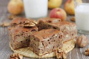 Шоколадный торт с орехами и яблоками