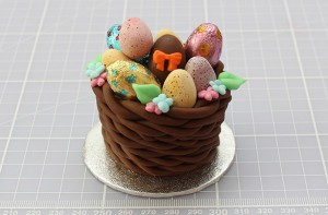 Торт из мастики Корзинка. Красивый десерт к Пасхе, мастер-класс-шаг 8