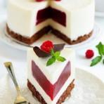 Сливочный бисквитный торт-суфле с ягодами