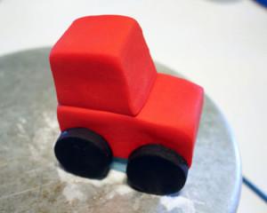 Трактор из мастики – как украсить торт для мальчика-шаг 6
