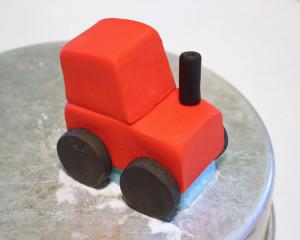 Трактор из мастики – как украсить торт для мальчика-шаг 10