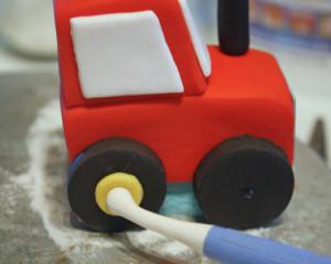 Трактор из мастики – как украсить торт для мальчика-шаг 16