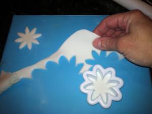 Ромашка из мастики. Как сделать цветок из мастики – мастер-класс-шаг 4