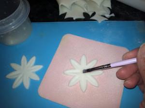 Ромашка из мастики. Как сделать цветок из мастики – мастер-класс-шаг 8