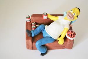 Симпсон из мастики – видео. Украсьте необычно десерт!-шаг 2