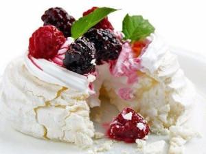 Пирожные-меренги с ягодами