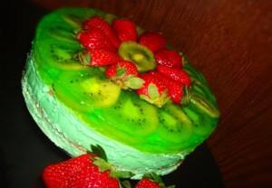 Мятный бисквитный торт с фруктами