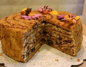 Медовый торт Пчелка с черносливом-шаг 1