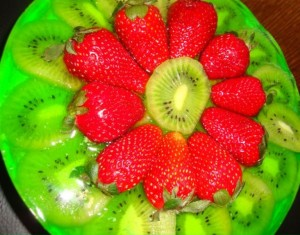 Мятный бисквитный торт с фруктами -шаг 1