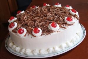Новогодний вишневый торт с йогуртом