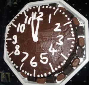 Новогодний бисквитный торт «Часы»