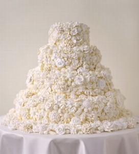 В последние годы свадебные торты перешли в разряды настоящих кулинарных произведений искусства. Но, как бы там ни было, многие предпочитают готовить классический свадебный торт, так как он выглядит по-особенному торжественным, строго формальным, трогательно нежным, романтичным и фантазийным. Как раз под стать такому торжественному событию. Предлагаю вам один из вариантов классического приготовления – свадебный торт с безе. Отличительная черта такого торта – скромные фактурные украшения, которые могут быть в виде пышных цветов и бантиков из мастики или просто сахарная посыпка. Благодаря этому такой торт выглядит особенно трогательно и пользуется неизменной популярностью.-шаг 1