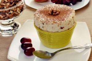 Творожный крем с орехами и ягодами
